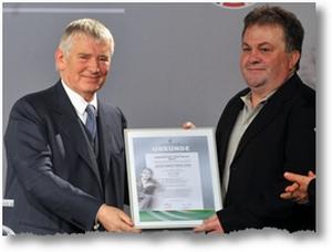Otto Schily übergibt den Julius-Hirsch-Preis an Jo Ecker